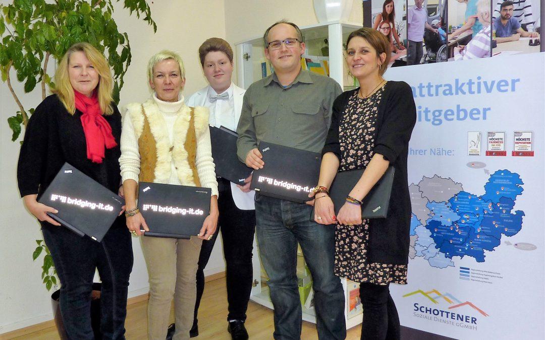 bridgingIT und Round Table bereiten Mädchen und jungen Frauen mit Laptops besondere Weihnachtsfreude
